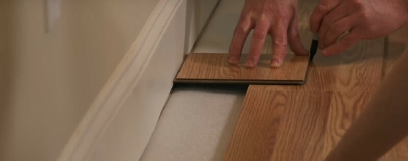 how to measure and cut the last row of planks of our laminate floor instalation